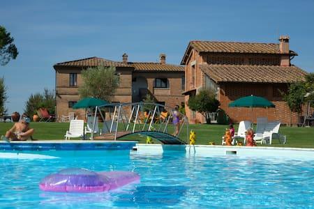 Three Room Apartment A swimming pool - Isola D'arbia - Apartamento