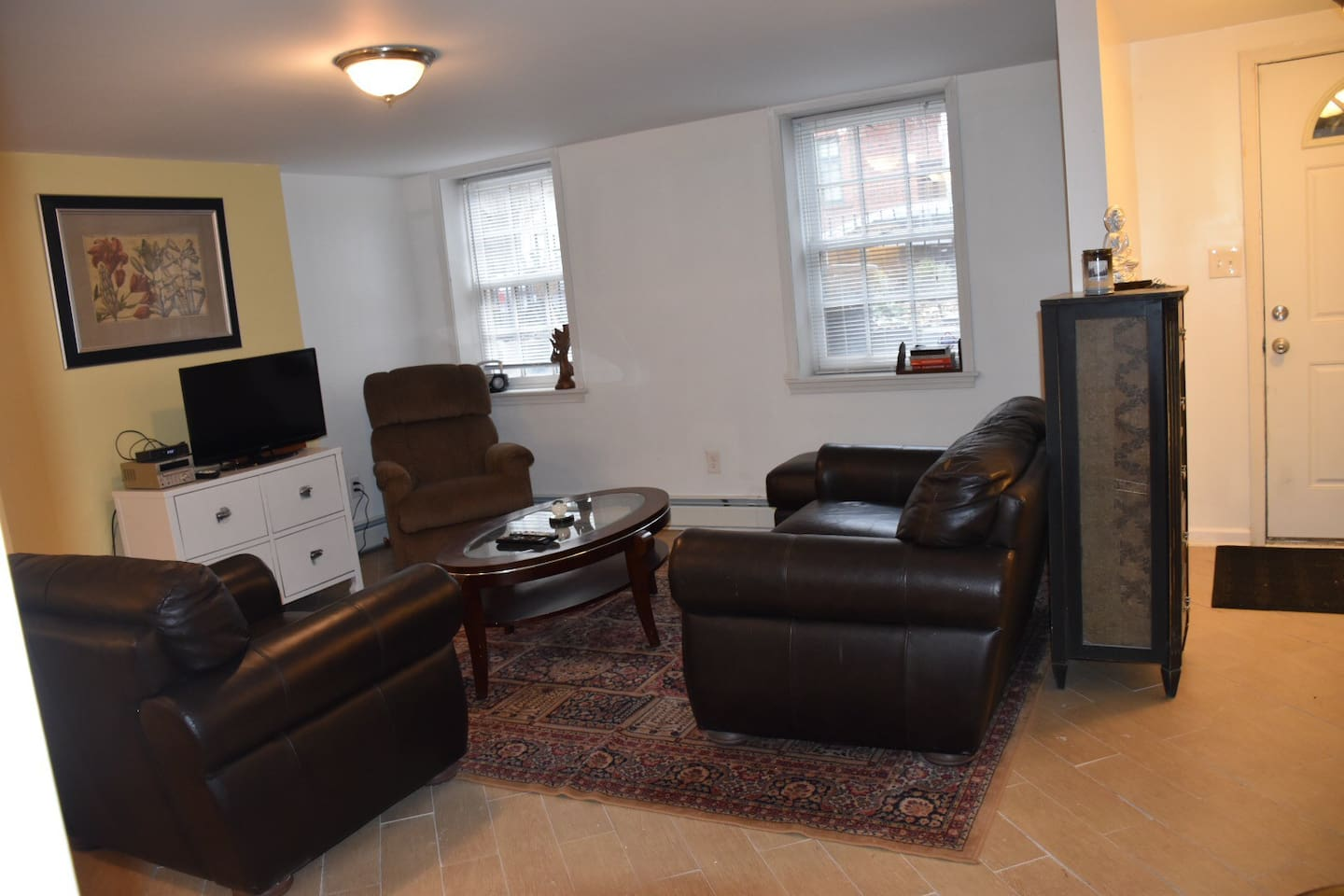 Spacious living room with wifi and cable