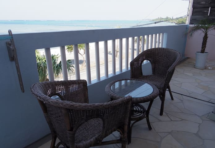 Great view! Oceanfront large studio, Okinawa - Yomitan - Apartamento