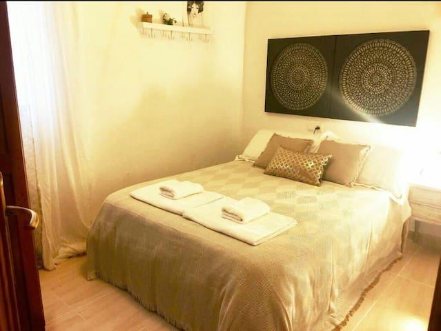 Habitación privada con baño en zona Alhamar