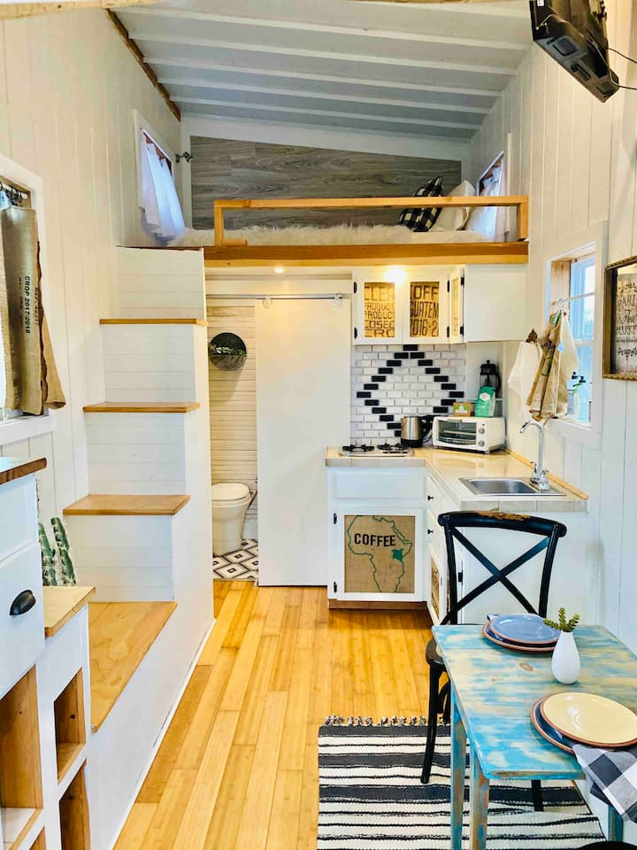 Sugar Magnolia Tiny House (hill country views)
