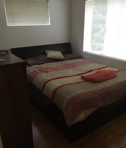 Fully furnished queen bedroom - Cremorne Point - Lägenhet