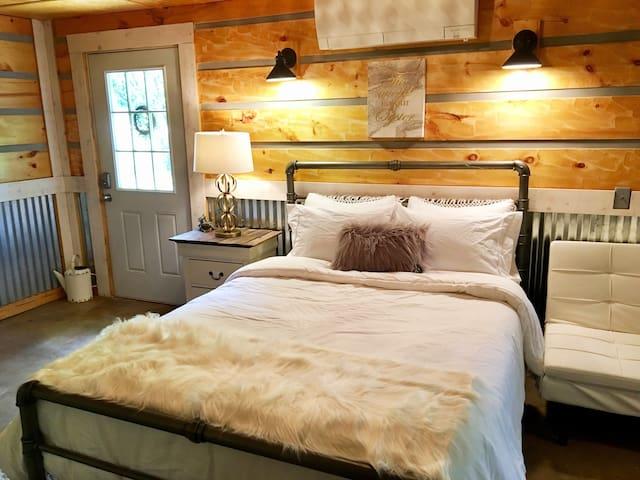 """Hip Asheville """"Cabin-Esque"""" Guesthouse"""