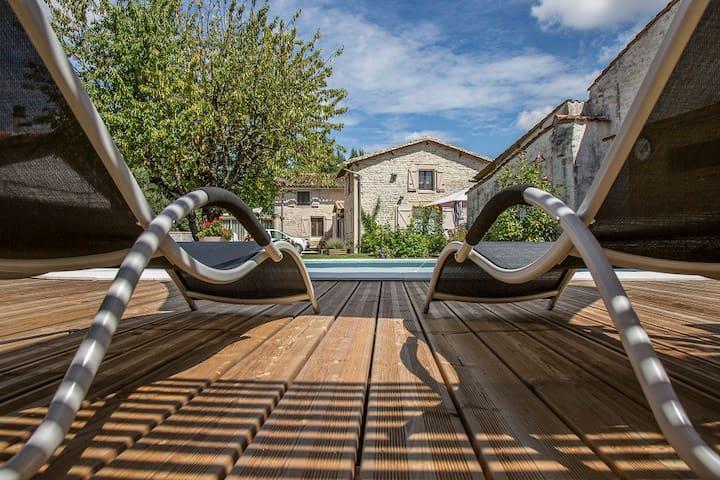 Gite agreable avec  terrasse face a la piscine - Fontenille-Saint-Martin-d'Entraigues - Bungaló