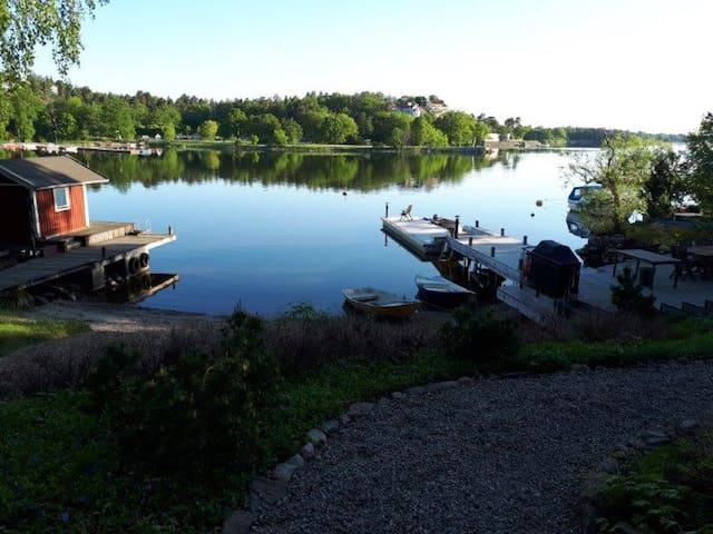 Eget hus på sjötomt, på ö, nära city