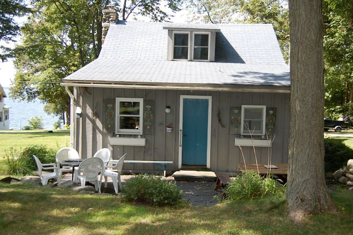 Lovely peaceful cottage with views of Lake Champlain