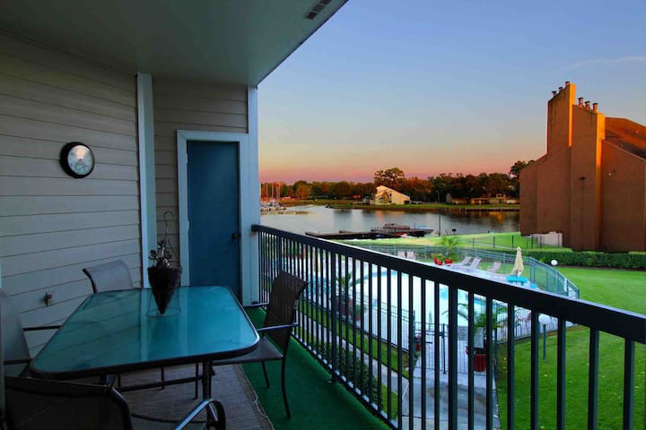 Max your Relax - Lakeside Waterfront Cozy Condo