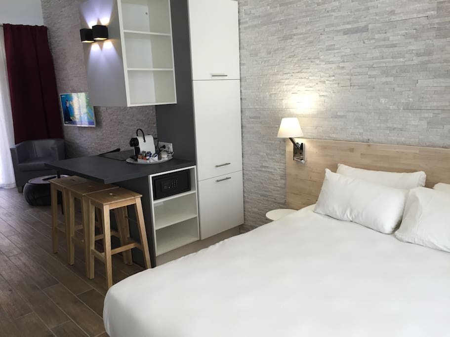 Chambre décoration pan de murs de pierres et tête de lit bois naturelle, équipée penderie, coffre fort, bureau, plateau de bienvenue ! (machine nespresso, café, thé...)