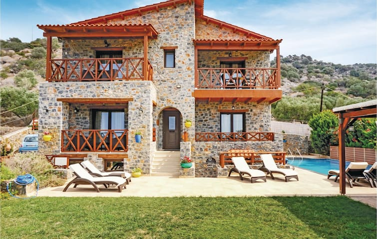 Holiday cottage with 5 bedrooms on 246m² in Milatos