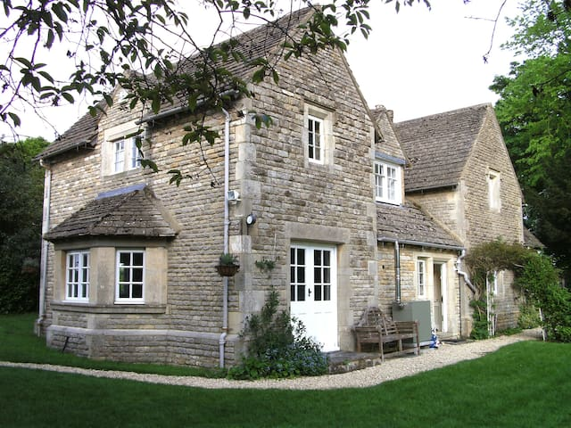 The Lodge, a picturesque Cotswolds retreat - Meysey Hampton