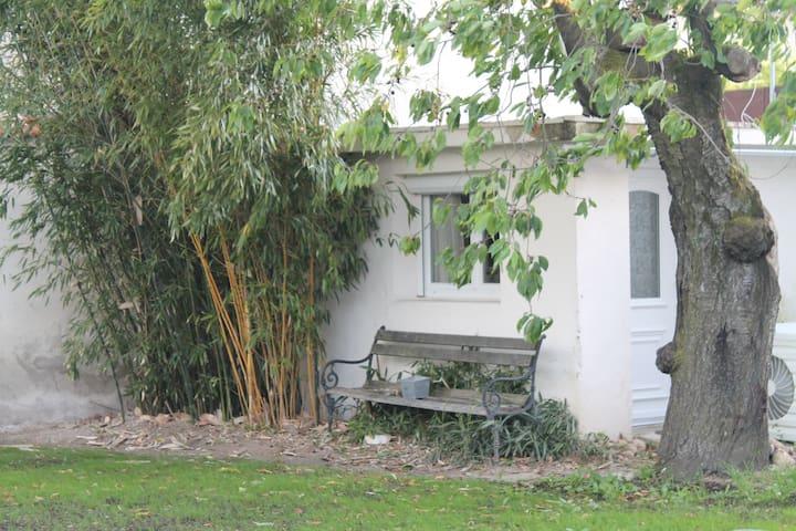 studio avec jardin, piscine, proche centre-ville