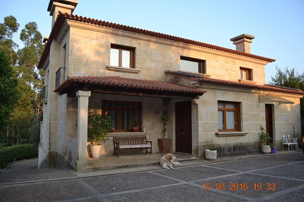 Casa cl sico moderna con piscina en tui chalets for rent for Casa moderna galicia