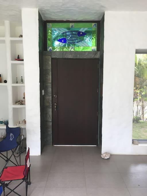 Entrada principal desde el interior.  Main entrance from the inside of the house