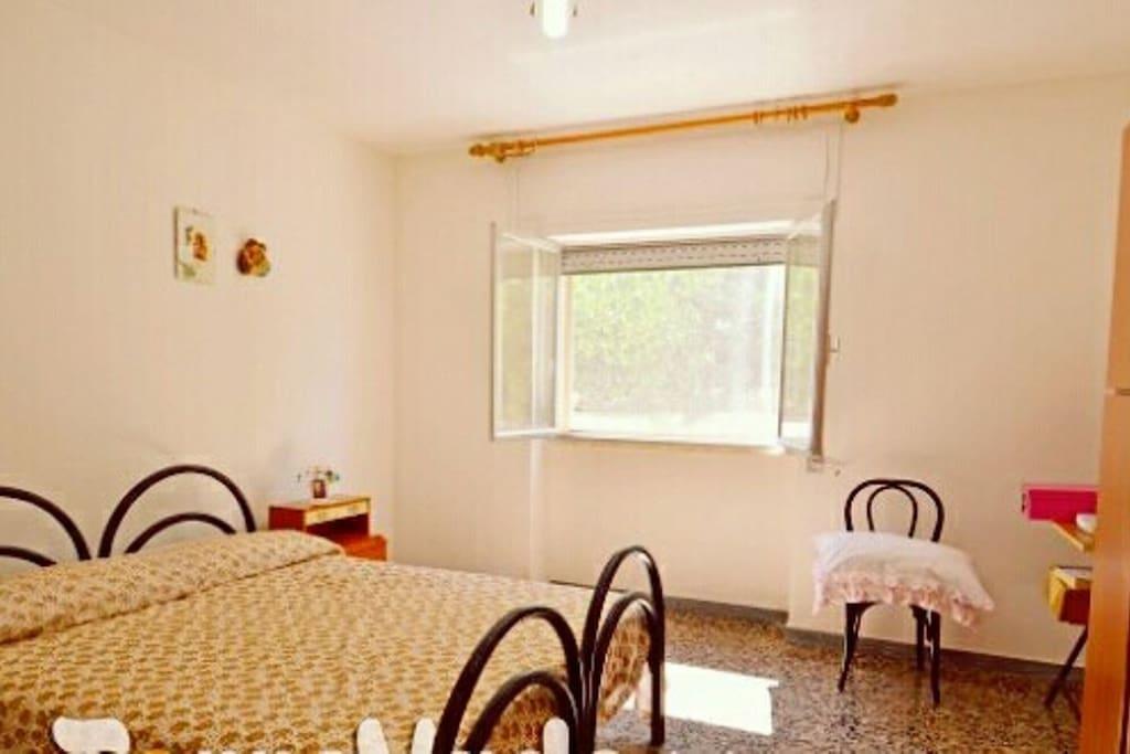 Camera da letto in grado di ospitare da 1 a 4 persone,completa di biancheria e ventilatore da soffitta.