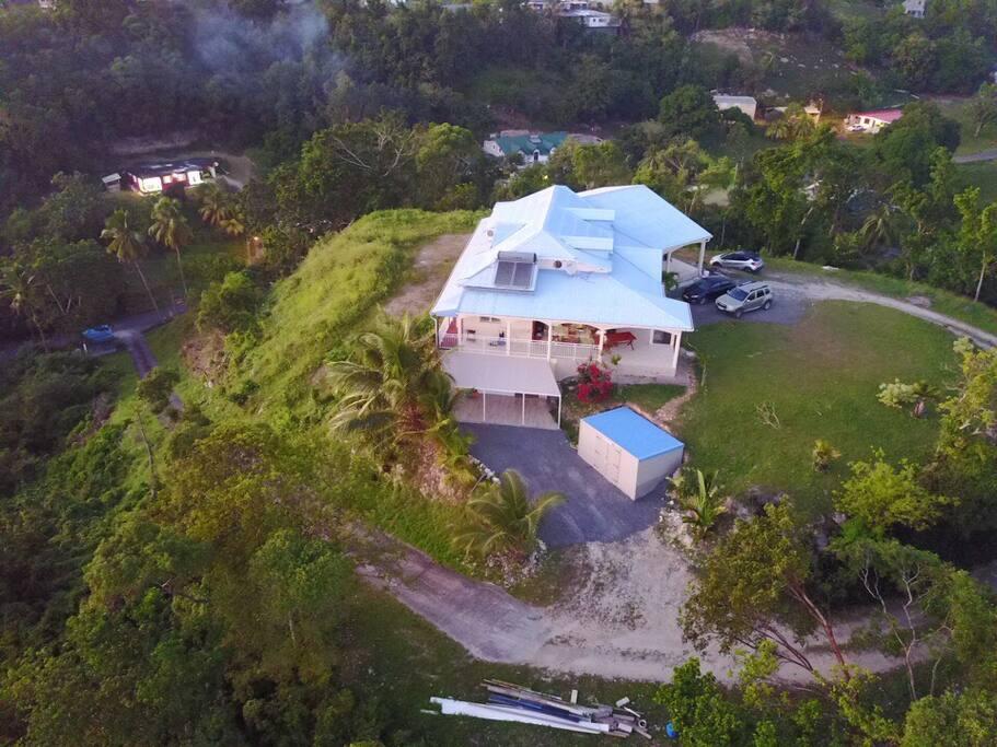Notre maison en haut de la colline où vous serez logé avec une vue magnifique