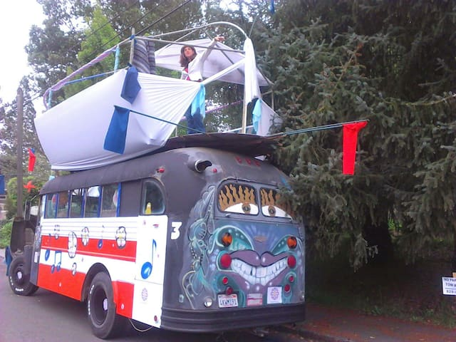 Bussy Wussy: Iconic Art & Hippy Bus