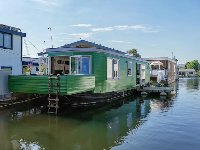 Spacious and modern houseboat near city centre