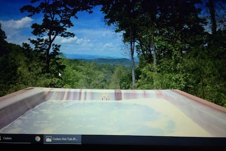 Cedars; great view, hot tub, secluded, pets free - Franklin