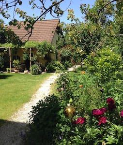 Beautiful Gardenhouse in Munich - Apartment