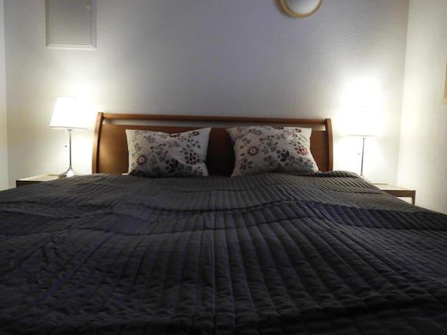 Das ist das Schlafzimmer mit 1,60 m breitem Doppelbett. Am Fußende befindet sich eine Dachschräge.