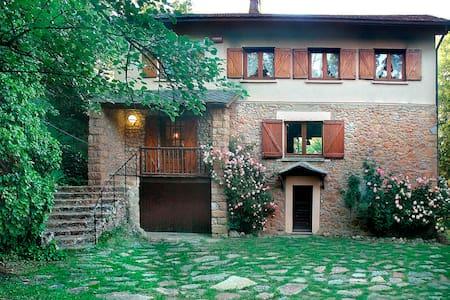 Casa antigua y ecológica + jardín. 4 a 9 personas. - Lérida - 独立屋