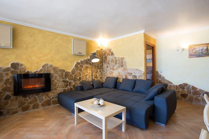 Sofa in living room may accommodate 2 people. / Sofá en el salón puede alojar a 2 personas.