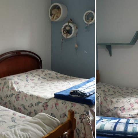 Quarto Azul: 1 cama de casal e duas de solteiro e um  guarda roupa
