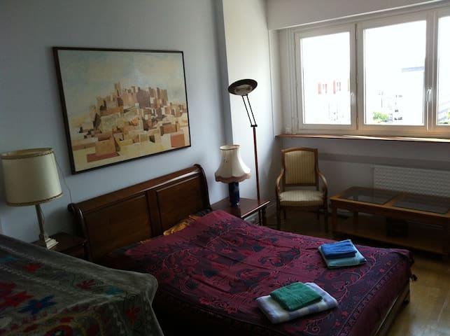两间安静干净漂亮的客房,出行方便。Close To Business Center。