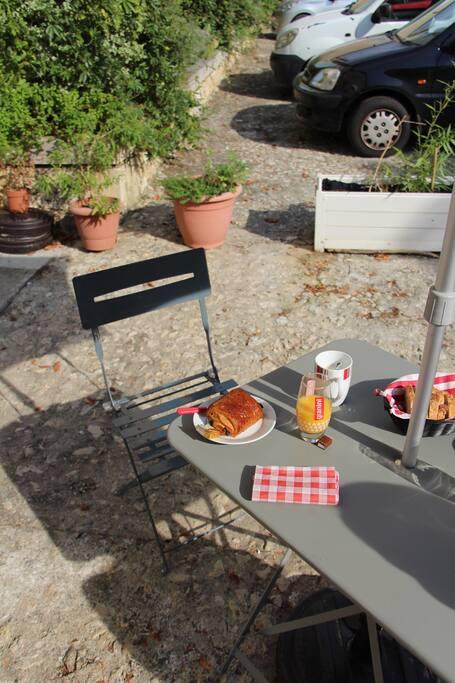 Profitez d'un petit déjeuner au soleil.