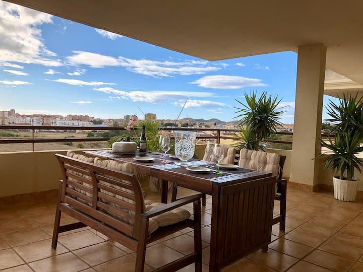 Magnífico apartamento con gran terraza y piscina.