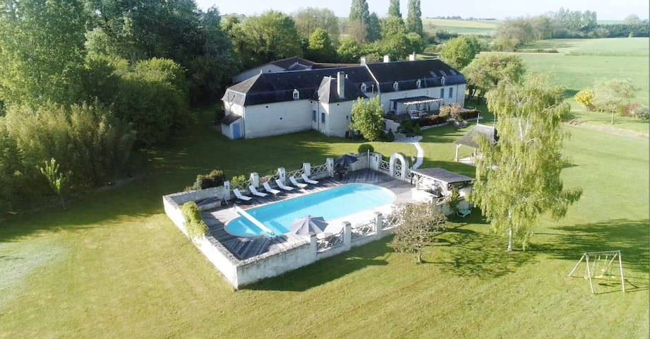 Boufray, Stunning 5* manoir with large heated pool