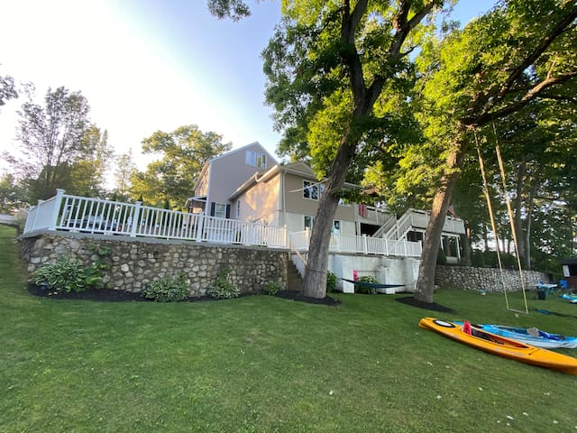 Gorgeous Lake Front Home with 2 kayaks