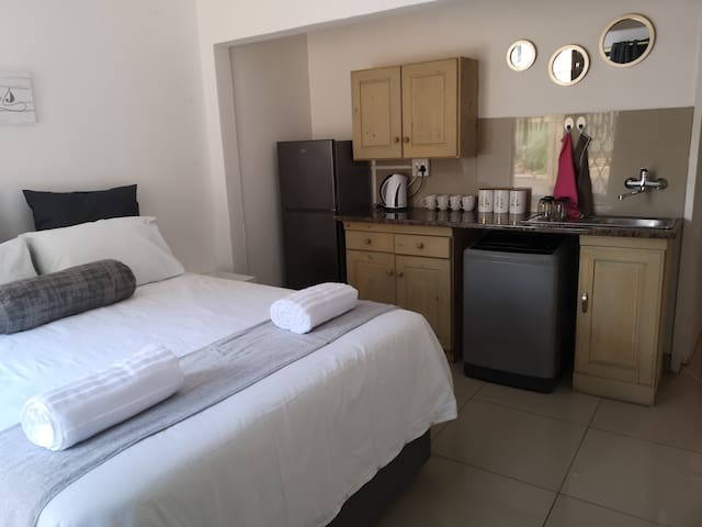 Neat bachelor, close to Menlyn