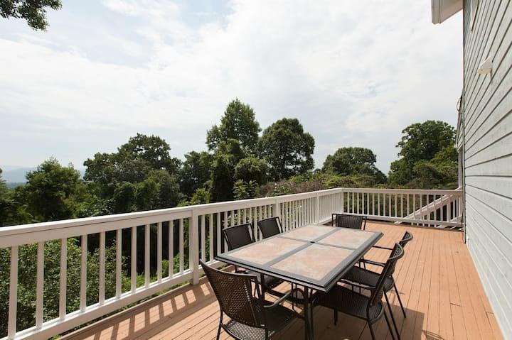 Royal Cottage Mtn Views, Decks & Close to DT AVL