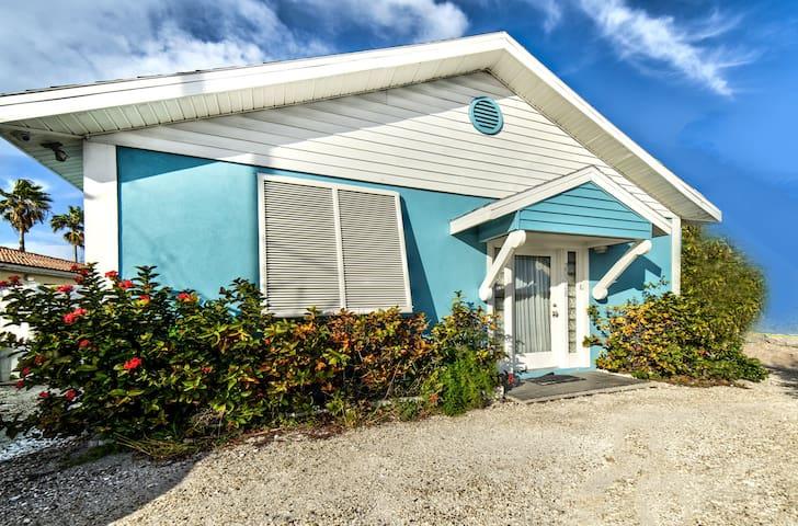 Beautiful Waterfront Beach Cottage. Sleeps 6