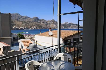 Colazione vista mare con Taormina negli occhi