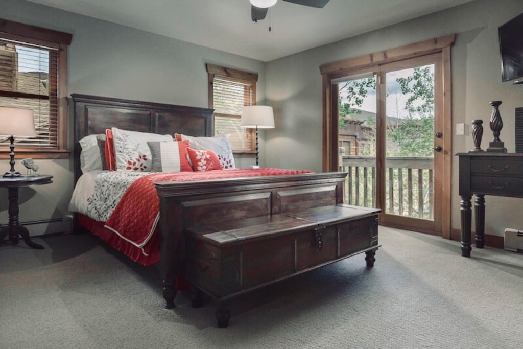 This is not only a beautiful, serene setting but you'll be able to get out of this queen size bed knowing that the Deer Valley Resort ski lifts are only a 5 minute free bus ride away.