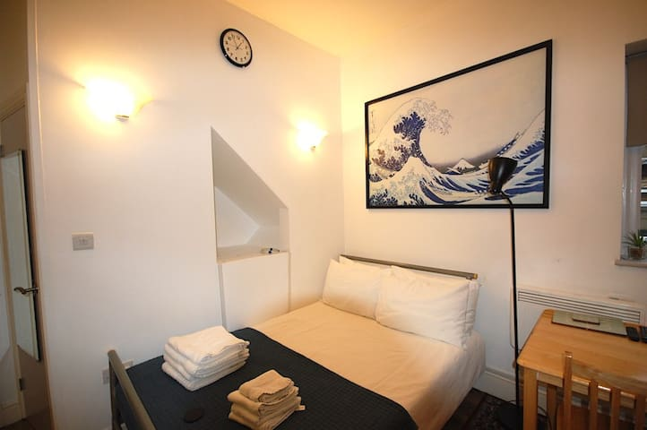Cosy, Modern Studio Apartment-Corbyn St N4 (St 2)