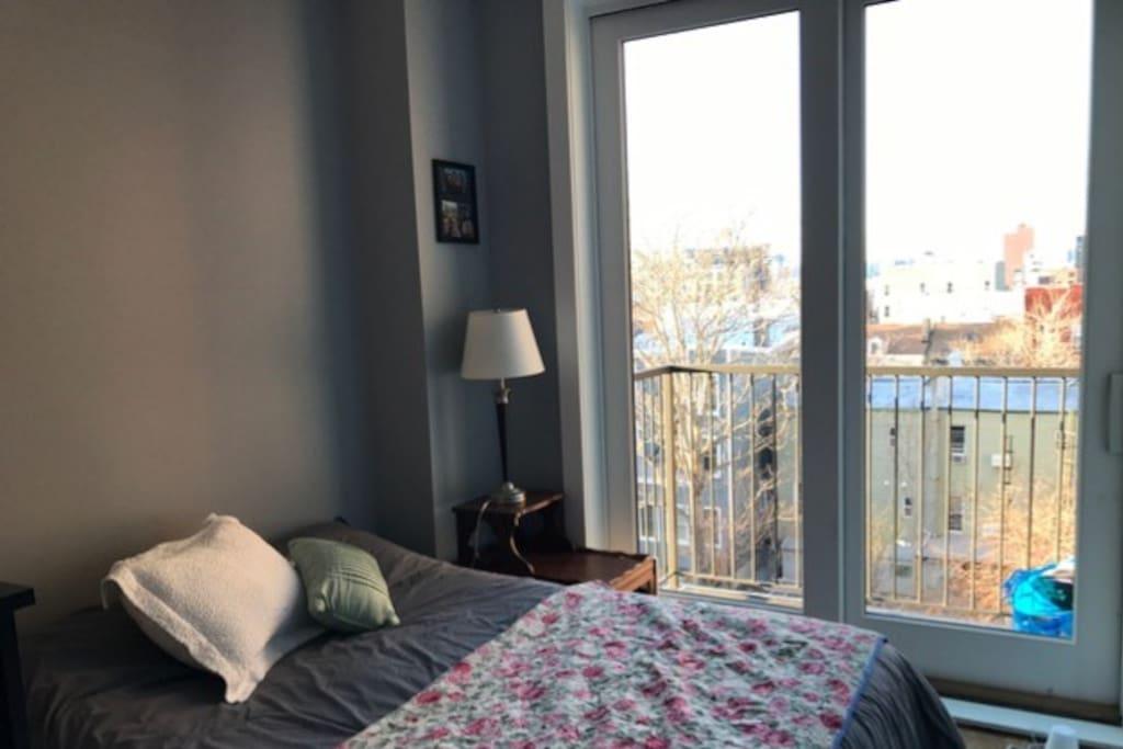 Bedroom w/balcony & NYC skyline view