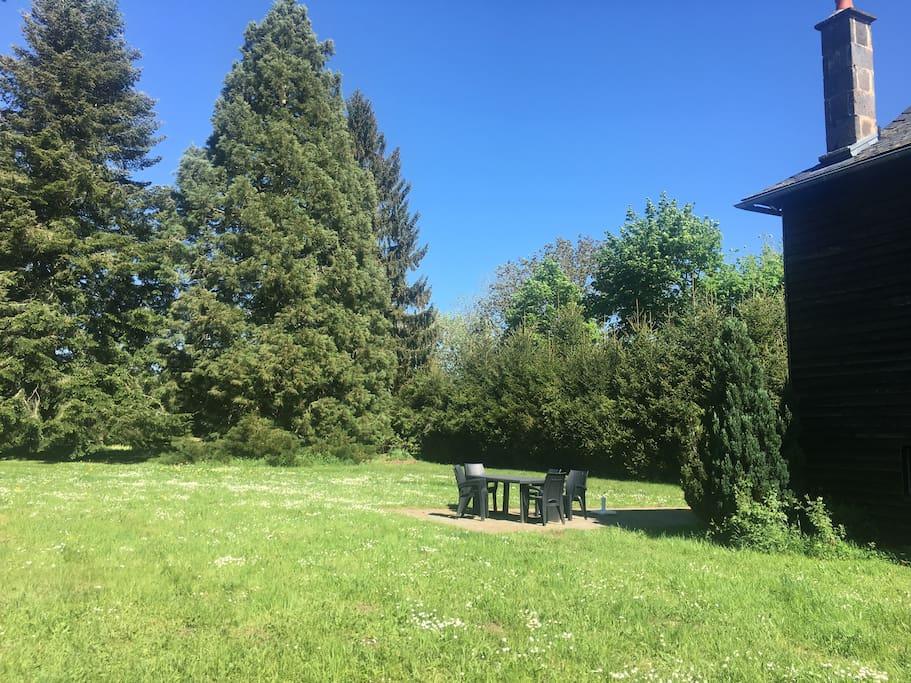 Le parc avec la terrasse à l'arrière de la maison (accès par la cuisine)