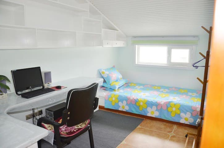 卧室兼书房,1.2 X2.4米的超大单人床并配备了电脑等办公用品,为您提供了安静的办公环境。