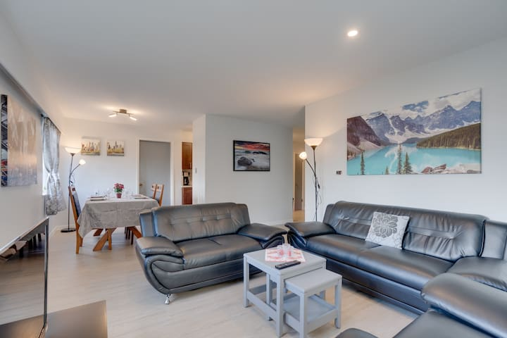 Steps to Kitsilano Beach: Cozy 1BR + Parking