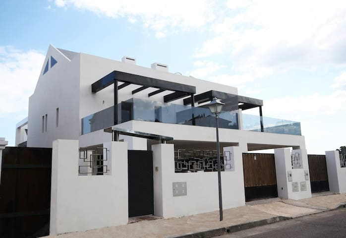 Show House c/w Pool, Cinema, Gym, Social Area... + - Marbella - Huis