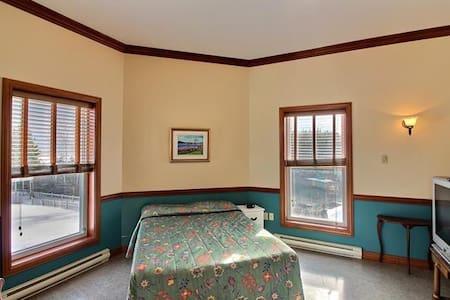Chambre avec salle d'eau et plage privée.