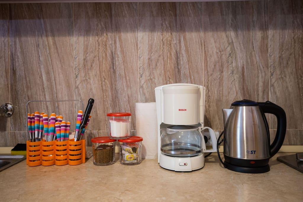 Чай, кофе, сахар, бытовая кухонная техника  к вашим услугам