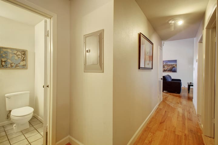 ♥of Downtown w/free parking! Sleeps 10 in 7 beds ♥