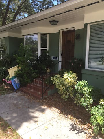 Comfy lakefront pool home w/queen bed & amenities - Lakeland - Huis