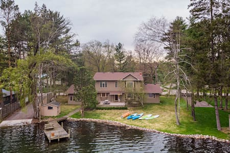 ☀L⃣ake H⃣ouse V⃣acation☀ Sleeps 12, Private Dock