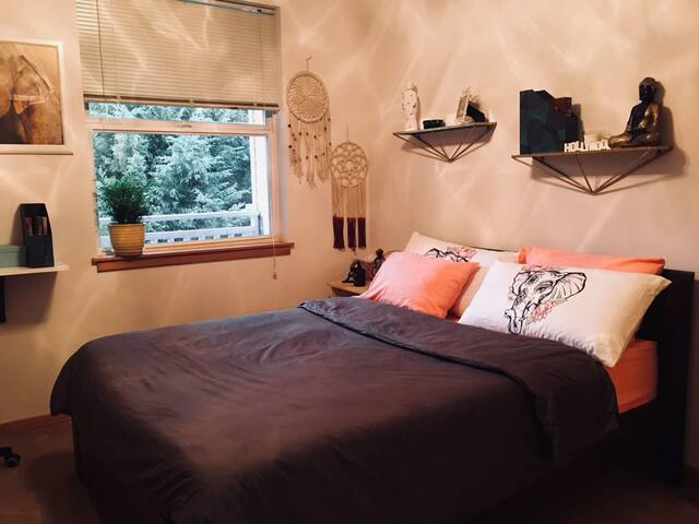 Charming private room near downtown portland !