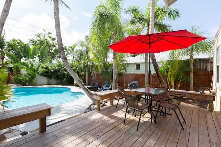 Sandy Feet Beach Retreat: Tropical Paradise in Delray Beach - Enjoy the relaxation and seclusion of our wrap-around deck and huge backyard just blocks from pristine beaches and  the dining and entertainment of Atlantic Avenue